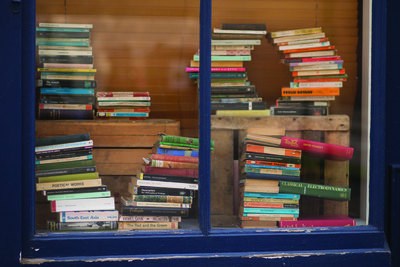 Old_books_in_bookshop_window_3718
